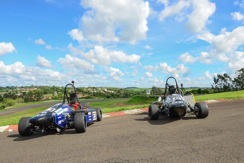 Dois carros de corrida tipo Fórmula