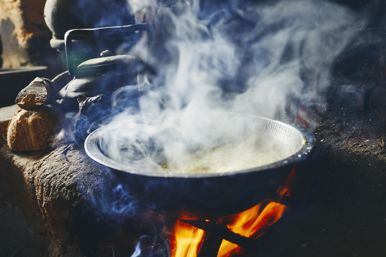 Tacho de comida feito em fogo a lenha