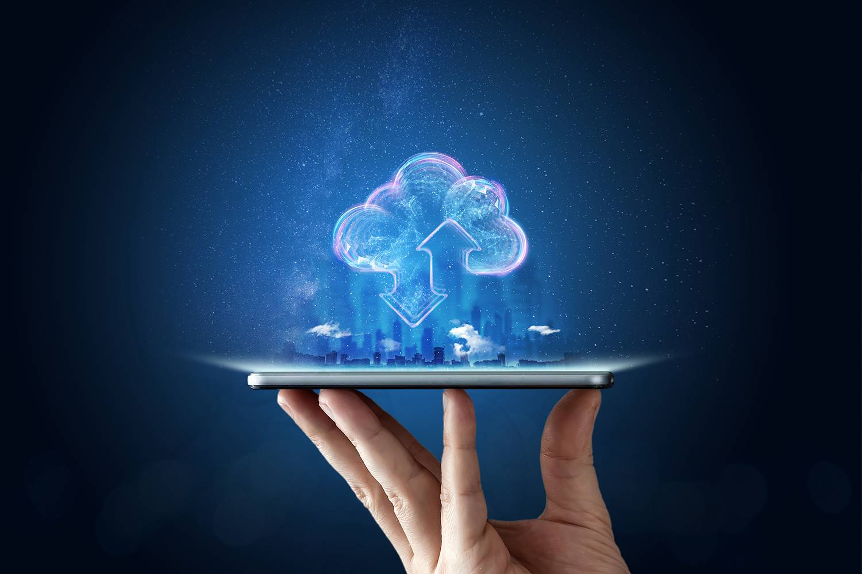 Uma mão segurando um smartphone